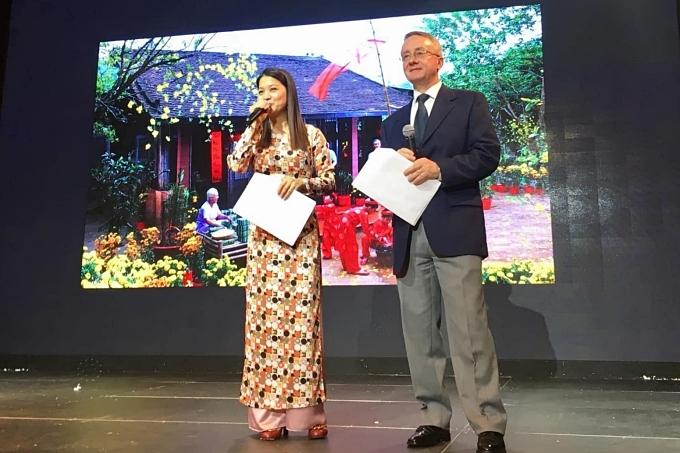 Kim Ngân đảm nhận vai trò MC, trong khi ông xãgiúp phiên dịch. Cô cũng hạnh phúc khi chồng và hai con đồng hành trong các hoạt động đón năm mới.