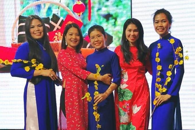 Kim Ngân thường xuyên tham gia các chương trình văn nghệ của cộng đồng người Việt tại Italy. Năm nay, cô cùng bạn bè thể hiện một điệu múa quạt và trình diễn thời trang áo dài.