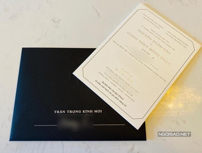 Thiệp cưới tối giảnGiang Hồng Ngọcvà ông xã chọn thiệp cưới tối giản theo phong cáchhiện đại châu Âu, hướng đến sự tinh tế, chỉ dùng chữ làm điểm nhấn thay vì họa tiết.Tên của khách mời đều được viết cẩn thận, nắn nót. Phông chữ trên thiệp mang tông vàng đồng, đen nổi bật trên nền thiệp trắng.Mặt trước của thiệp có ký tự được ghép từ chữ V-N (chữ cái đầu trong tên cô dâu, chú rể). Để mẫu thiệp bớt đơn điệu, uyên ương chọn đường viền cho thiệp theo hình khối đa giác.Thiệp tối giản là xu hướng được ưa chuộng của mùa cưới năm 2019 vì sự tinh tế, khó bị lỗi mốt theo thời gian.