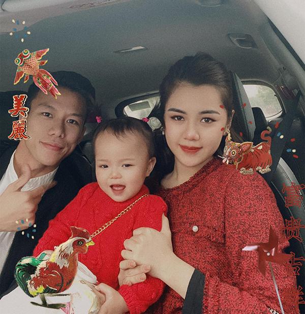 Vợ chồng Quế Ngọc Hải đưa con gái Sunny đi du xuân.