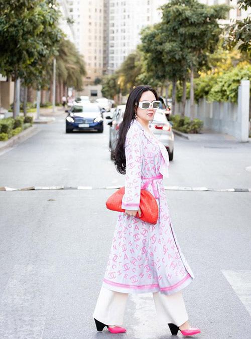 Phượng Chanel chia sẻ năm nay cô ra Hà Nội làm cỗ cúng giao thừa cùng gia đình, người thân sau đó mùng 1 Tết bay vào Sài Gòn đi thăm hỏi, chúc Tết bạn bè ở miền Nam.