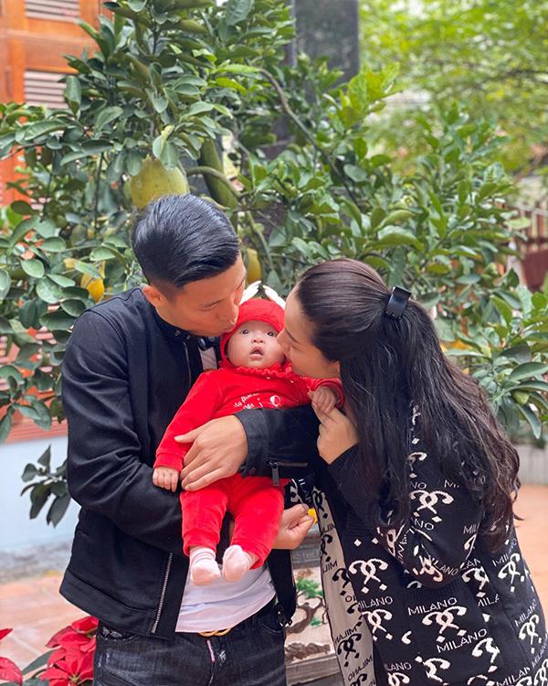Trung vệ Bùi Tiến Dũng và bà xã Bùi Tiến Linh đưa con gái Sushi đi chúc Tết gia đình nội ngoại.