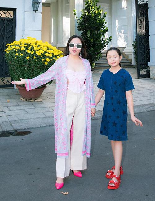 Phượng Chanel chụp ảnh cùng con gái út.