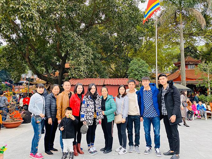 Duy Mạnh cùng vợ sắp cưới Quỳnh Anh và gia đình đi lễ đầu năm.