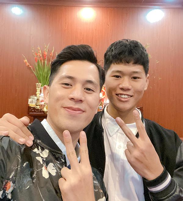 Đình Trọng selfie cùng em trai Thanh Bình tại nhà trong ngày mồng hai Tết.