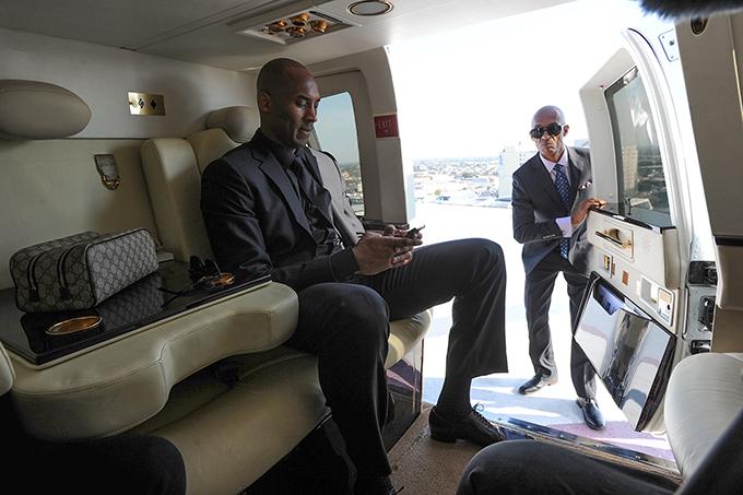Kobe Bryant trong một chuyến di chuyển bằng trực thăng riêng. Ảnh: TPT.