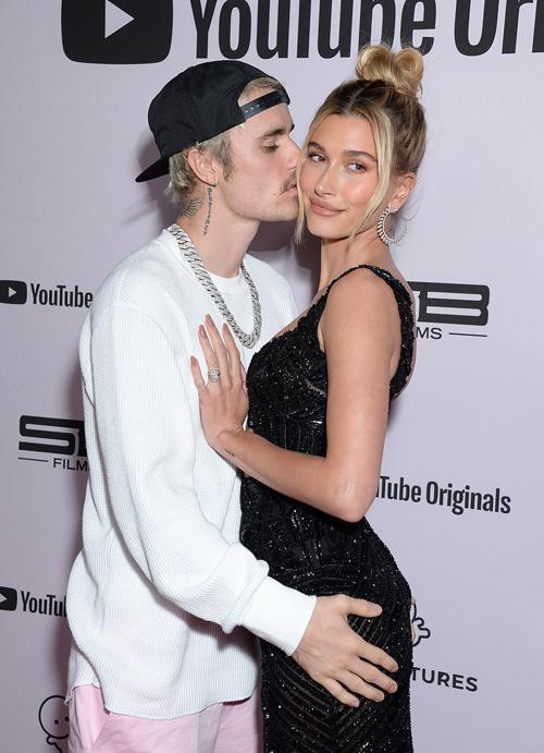 Justin ôm siết vợ trẻ, xinh đẹp.