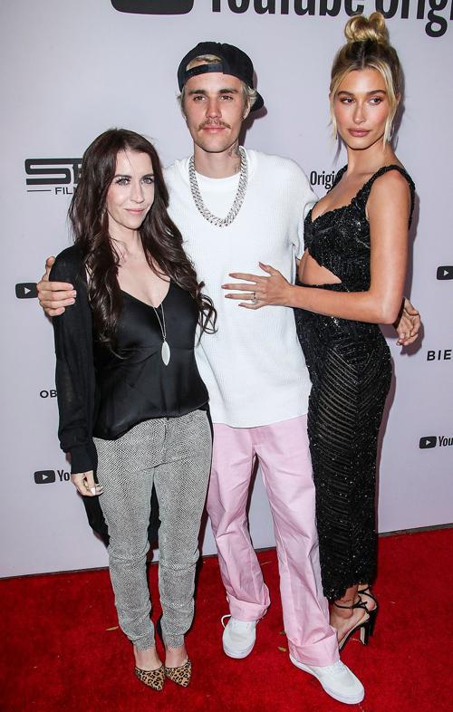 Justin Bieber choàng tay ôm mẹ và vợ - hai người phụ nữ quan trọng nhất đời anh.