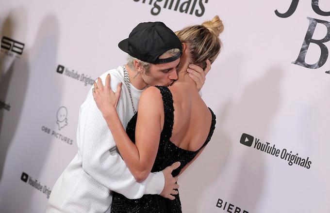 Justin Bieber ôm hôn vợ trên thảm đỏ - 2