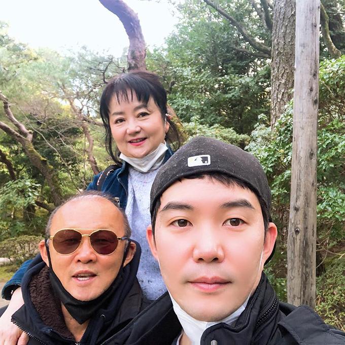 HLV Park chụp selfe cùng vợ con ở Nhật Bản. Ảnh: FB.