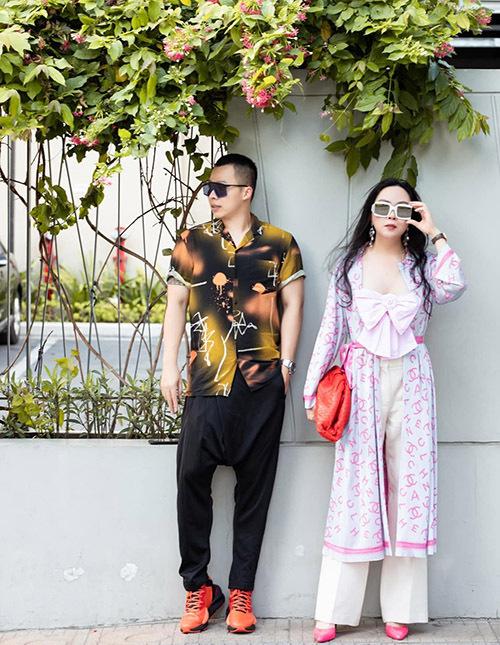 Đôi bạn thân khoe vẻ sang chảnh trên phố Sài Gòn.