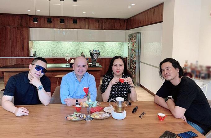 Bầu Tiệp cùng vợ chồng Quách Ngọc Ngoan đến chúc Tết doanh nhân Dương Quốc Nam (áo xanh) - người có mối quan hệ thân thiết với nhiều sao Việt.