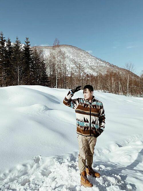 Ca sĩ Quang Vinh thích thú với tuyết trắng ở Nhật Bản.