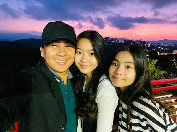 Hoàng hôn Đà Lạt bình yên đến lạ với 3 anh em ruột, MC Quyền Linh hài hước bình luận về bức ảnh bên hai cô con gái.