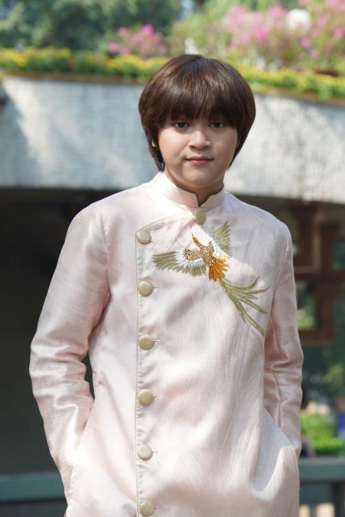 Thiên Khôi diện áo dài thêu họ tiết chim công, khoe vẻ điển trai ở tuổi 15.