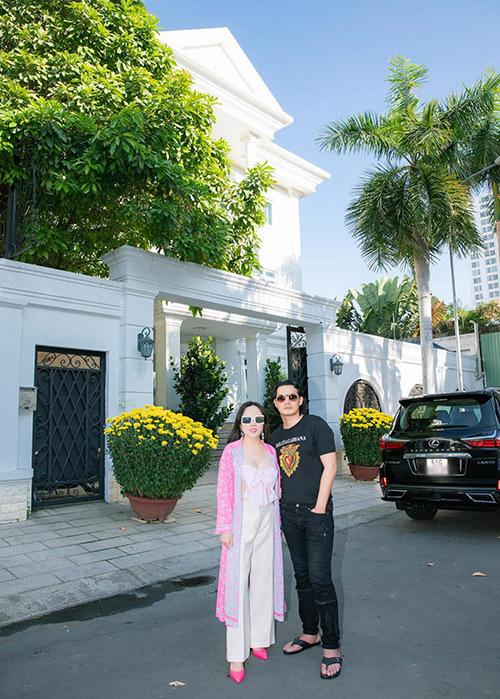Vợ chồng Quách Ngọc Ngoan - Phượng Chanel hiện sống trong một căn biệt thự màu trắng ở TP HCM.