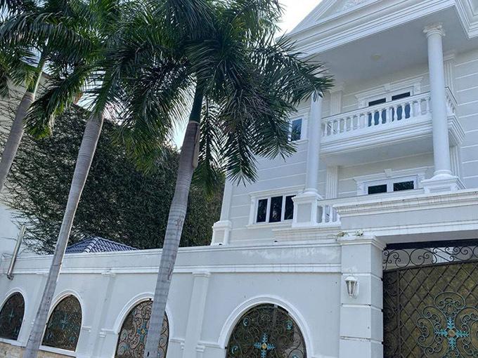 Ngôi nhà xây theo kiến trúc hiện đại với cây xanh bao quanh nhìn rộng rãi, mát mẻ.