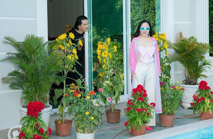 Tết này Quách Ngọc Ngoan đảm nhiệm việc mua hoa, trang trí nhà cửa nên Phượng Chanel thảnh thơi tận hưởng kỳ nghỉ ấm cúng, đầy niềm vui. Nữ doanh nhân cho biết ngày bình thường cô rất bận rộn vì phải điều hành công việc kinh doanh ở cả hai miền Nam - Bắc.