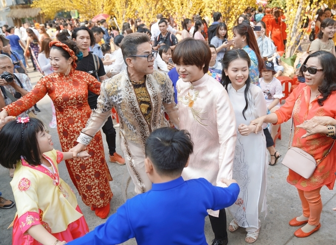 MC Thanh Bạch và Thiên Khôi được nhiều khán giả nhận ra, chụp ảnh kỷ niệm.
