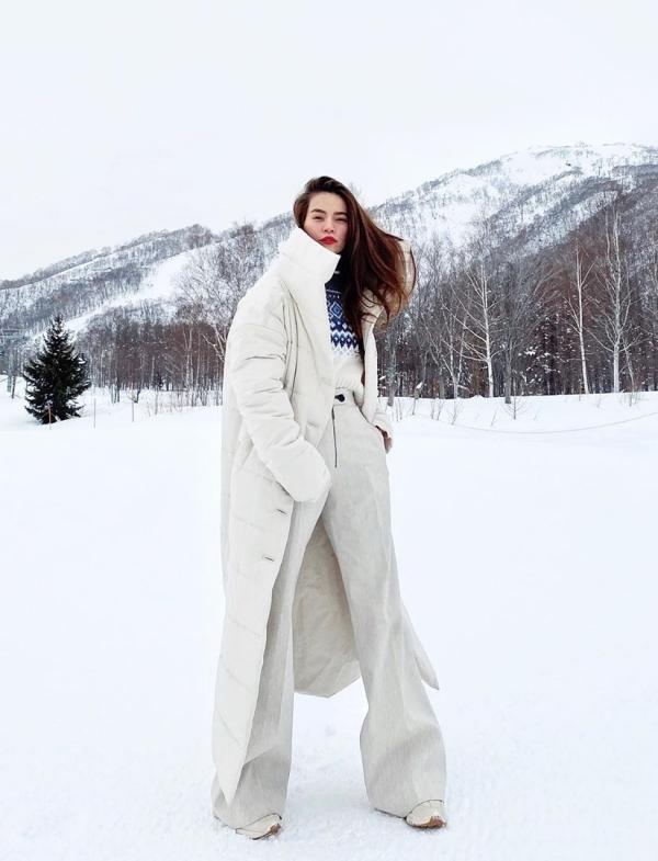 Người đẹp tạo dáng tại khu trượt tuyết ở Niseko, một thị trấn nhỏ thuộc Hokkaido, cũng là điểm trượt tuyết nổi tiếng với nhiều khu nghỉ dưỡng hạng sang vào mùa đông. Cô chọn ở Hilton Niseko Village Hotel - một trong những khách sạn tốt nhất ở đây. Mùa cao điểm, bạn phải đặt từ rất sớm mới chọn được phòng có view đẹp.