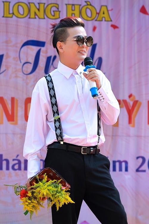Ca sĩ Vũ Hà cũng đồng hành trong hoạt động Mang xuân vào trại cùng đàn anh thân thiết.