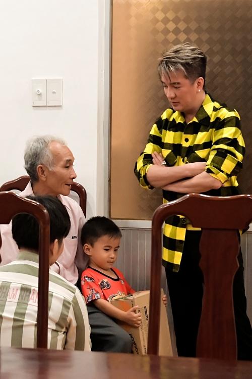 Mr Đàm còn giúp đỡ một nữ phạm nhân được gặp lại bố và con trai sau thời gian dài xa cách. Vì hoàn cảnh khó khăn, người thân không thể vượt qua quãng đường 1
