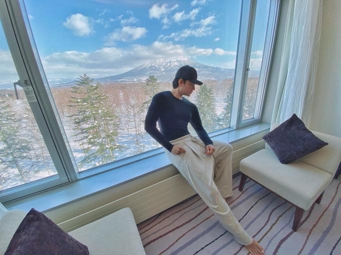 NTK cũng chọn ở tại khách sạn Hilton. Anh chia sẻ, thật ra muốn ở phòng hướng khác, nhưng đã hết phòng từ 6 tháng trước nên mới thuê phòng này, có tầm nhìn ra núi Yotei hay còn được gọi là núi Phú Sĩ của Hokkaido. Khung cảnh bên ngoài cửa sổ đẹp như tranh.
