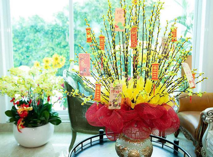 Trong nhà anh chưng hoa lan, hoa đào nhìn ấm cúng, sinh động.