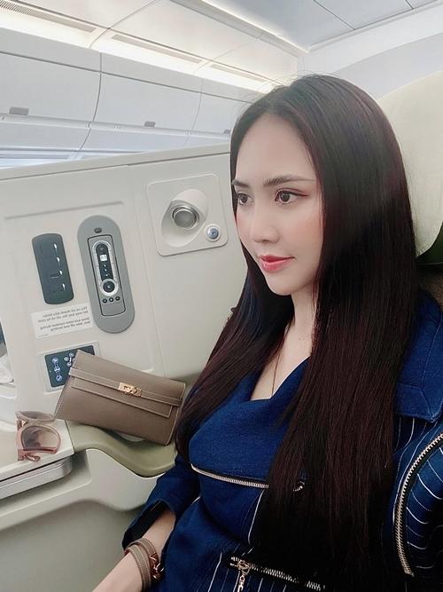 Clutch Hermes Kelly mua tại store Việt Nam với giá 94 triệu đồng và chiếc vòng tay cùng màu được Trúc Ny mua với giá khoảng 15 triệu.
