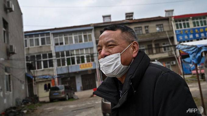 Tính đến ngày 28/1, đã có 106 người ở Trung Quốc tử vong và khoảng hơn 4.500 người trên toàn thế giới bị nhiễm virus corona, một loại virus gây ra tình trạng viêm phổi cấp và được so sánh với Hội chứng suy hô hấp cấp (SARS) từng hoành hành hồi năm 2003. Trong ảnh, một người đàn ông đeo khẩu trang tại khu dân cư ngoại ô thành phố Vũ Hán, tỉnh Hồ Bắc,