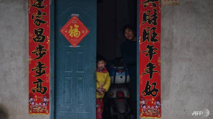 Căn bệnh truyền nhiễm chết người này bắt đầu xuất hiện từ cuối tháng trước tại thành phố Vũ Hán, tỉnh Hồ Bắc, nơi hiện có 11 triệu người sinh sống. Do mức độ nghiêm trọng của virus corona, chính quyền đã quyết định phong tỏa Vũ Hán nhằm ngăn chặn lây lan ngày càng rộng.