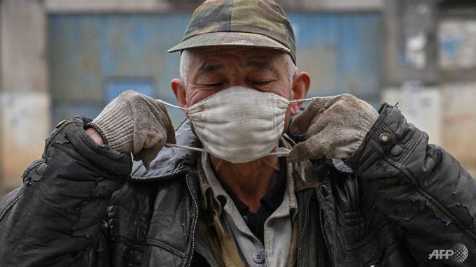 Những chiếc khẩu trang hiện là vật bất ly thân của người dân thành phố Vũ Hán mỗi khi ra khỏi nhà.