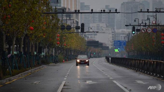 Chiếc xe ôtô lạc lõng giữa con đường rộng lớn ở ổ dịch viêm phổi Vũ Hán.