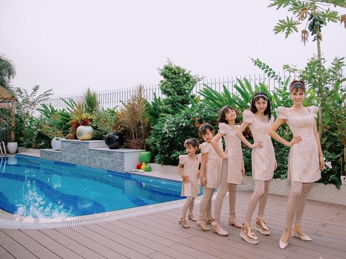 Bốn mẹ con Vũ Thu Phương điệu đà bên góc hồ bơi.