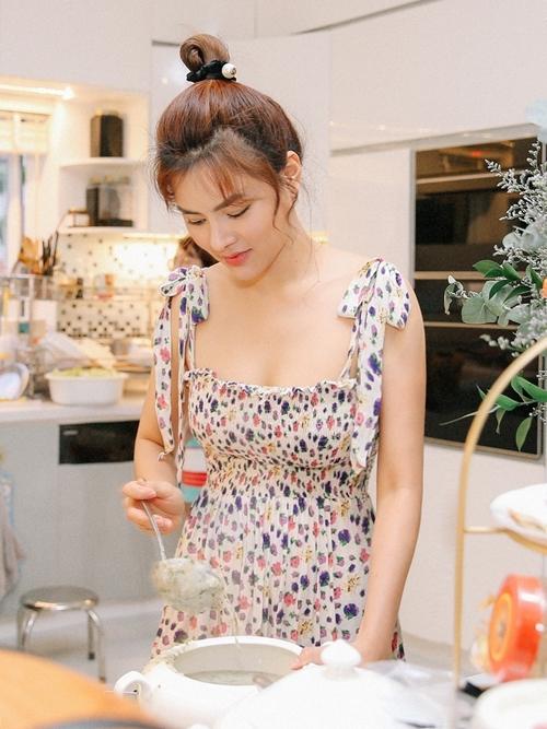 Nữ giám khảo Hoa hậu Hoàn vũ Việt Nam 2019 yêu thích nấu ăn, thường chuẩn bị các buổi tiệc cho đại gia đình.