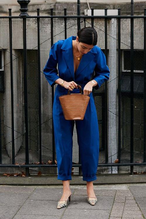 Sự kết hợp giữa mốt áo cổ vest và jumpsuit mang tới trang phục cá tính nhưng vẫn chứa đựng sự thanh lịch cho phái đẹp khi đi làm, đi dạo phố.