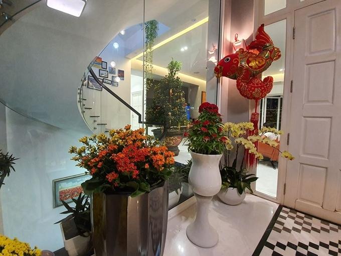 Chủ nhânkết hợp nhiều loại hoa bàitrí cho ngôi nhà thêm sinh động.