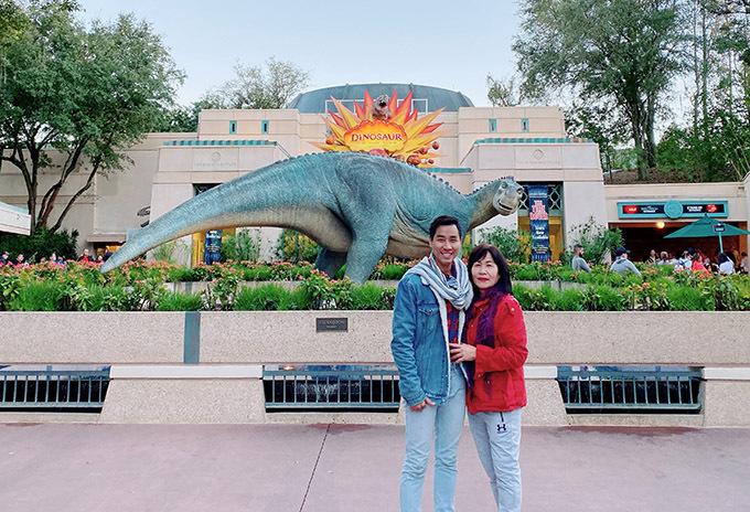 [CaptionNam MC đã dành phần lớn thời gian dẫn mẹ đi thăm thú, khám phá thủ đô New York tráng lệ và các thành phố ở San Francisco, Las Vegas và Florida. Ở mỗi nơi, Nguyên Khang và mẹ đều đi đến những địa điểm nổi tiếng nhất của nó. Cả hai mẹ con cùng diện đồ đôi và ghi lại những bức ảnh kỷ niệm thật đẹp.
