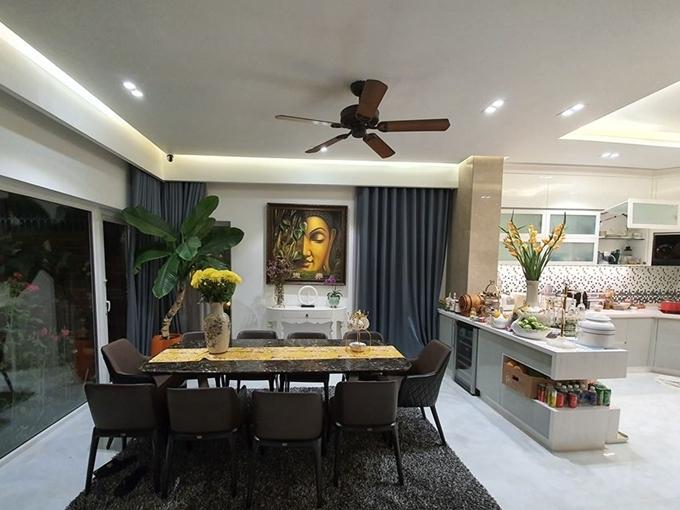 Bếp và bàn ăn được kết nối thẳng với phòng khách.