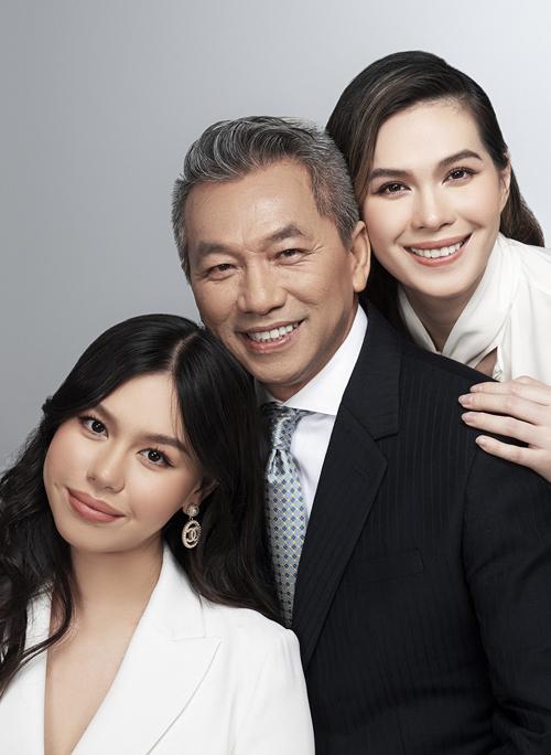 [Caption] Nữ diễn viên chia sẻ: Các con dù sống theo phương cách Tây phương nhưng tôi luôn muốn các con phải hiểu và giữ được văn hoá Việt trong người, cội nguồn bắt đầu của các con. Gia đình tôi khá bận rộn, các con lại học xa nhà nên việc nghỉ lễ tết diễn ra sớm hơn mọi người. Nhưng không phải vì thế mà niềm vui giảm đi. Tôi luôn muốn các con có được những giây phút trọn vẹn bên gia đình, để sau này khi có gia đình riêng, các con vẫn sẽ giữ được điều đó.    Diễm My cho biết trong mùa Tết năm nay, chị và ông xã dành thời gian riêng cho nhau để dạo phố, gặp mặt, hội họp bạn bè. Đó cũng là lúc họ có thể hâm nóng tình cảm sau những tháng ngày bận rộn, vất vả. Diễm My cho biết ở tuổi này, chị không mong ước quá nhiều, chỉ mong gia đình 3 thế hệ sẽ có được những tháng ngày vui vẻ, hạnh phúc kéo dài.