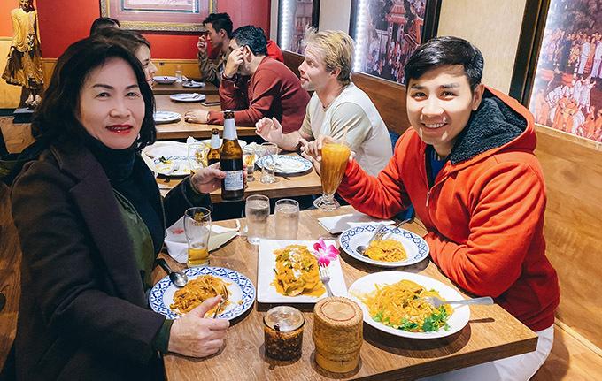 Hai mẹ con ăn tối, mừng năm mới ở một nhà hàng chuyên món Á.