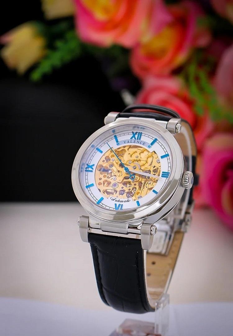 Đồng hồ automatic của thương hiệu Valence có mặt số lộ máy thời trang, cổ điển. Dây đeo da màu đen có vân, đường chỉ may tỉ mỉ. Mặt kính tròn đường kính 42 mm, làm từ chất liệu kính cứng cao cấp. Bộ máy cơ tự động xuất xứ Nhật Bản. Sản phẩm có giá ưu đãi trên Shop VnExpress lên đến 48%, giảm còn 4,366 triệu đồng.