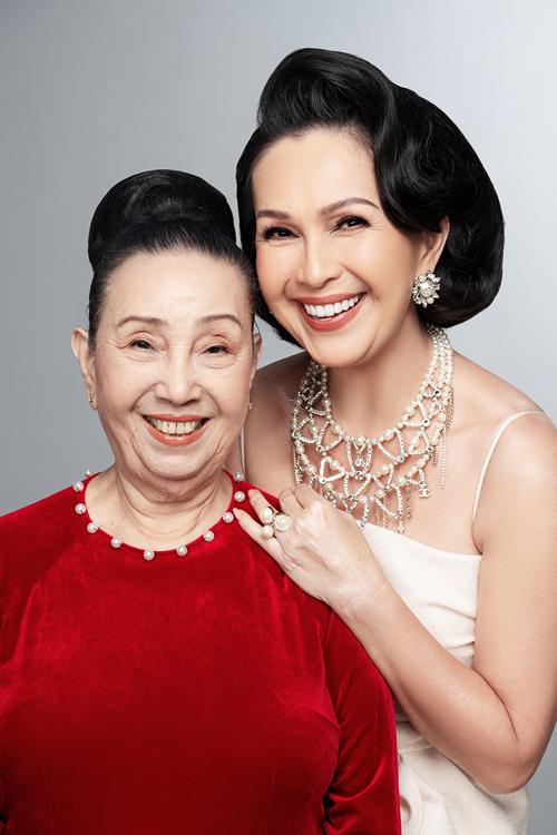 [Caption] Gia đình của diễn viên Diễm My gồm 3 thế hệ. Mẹ ruột của chị hiện đang sống cùng chị và ông xã doanh nhân Hà Tôn Đức trong căn biệt thự ở Q.2, TP.HCM. Mẹ của nữ diễn viên năm nay bước sang tuổi 85, vẫn minh mẫn, nét đẹp vẫn đi theo thời gian.