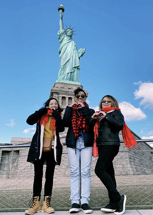 Em gái út của chàng MC tên Anh Kim (ngoài cùng bên trái) hiện định cư ở Mỹ. Ba anh em vui vẻ chụp ảnh dưới chân tượng Nữ thần Tự Do.
