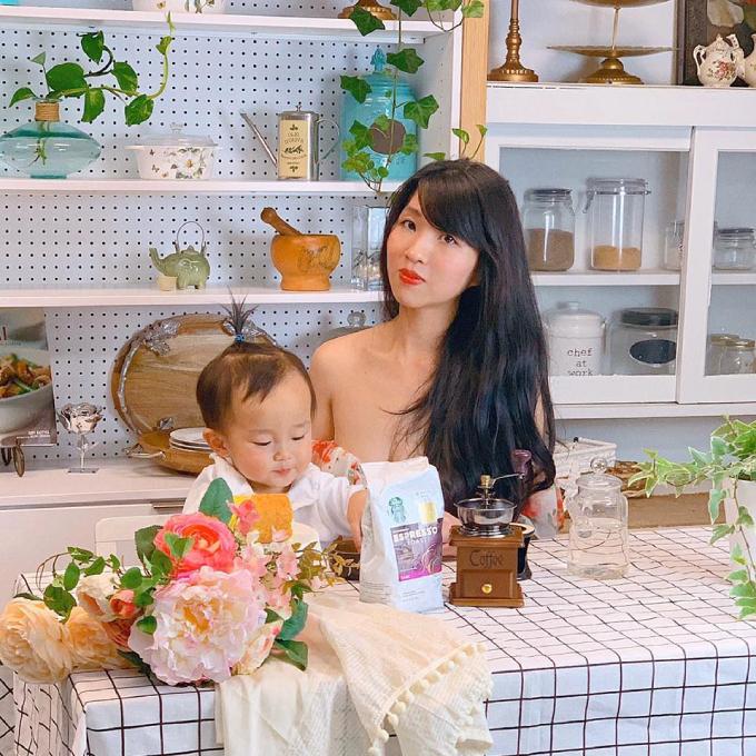 Chị Ngô Đoàn Quỳnh Hương - tác giả của căn bếp bốn mùa bên con trai.