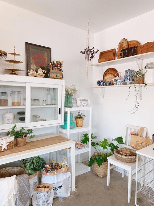 Mẹ 8X sử dụng nhiều vật dụng thân thiện môi trường để trang trí cho căn bếp rustic, trong đó cócác bao gói bằng giấy.