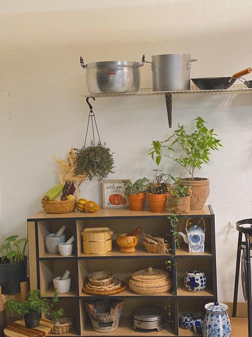 Chị Hương là người yêu thích giá trị văn hóa Việt nên chọn mua và giữ gìnnhiều vật dụng gắn liền với căn bếp xưanhư bếp than, ấm trà, các loại chày cối, bình tráng men... Nhiều loại cây cảnh được trồng trong bếplàm tăng tính thẩm mỹ, tạo sự gần gũivới thiên nhiên.