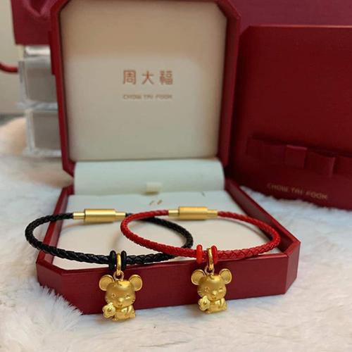 Đánh đúng tâm lý thích mua sắm trang sức phong thuỷ lấy hên cho năm mới, nhiều thương hiệu mang tới các kiểu vòng tay trang trí charm vàng.