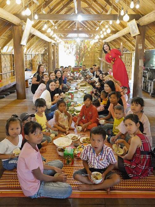 H'Hen Niê dậy sớm từ năm giờ sáng ngày mùng một Tết để nấu bữa cơm đầu năm cho gia đình. Cô cùng cả nhà chuẩn bị nguyên liệu, nấu các món ăn đặc trưng của người dân tộc Ê-đê.