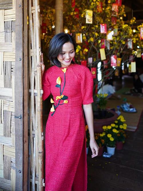 Nhà của hoa hậu ở Đắk Lắk được trang hoàng bằng cây mai, cúc vàng và cây quất.